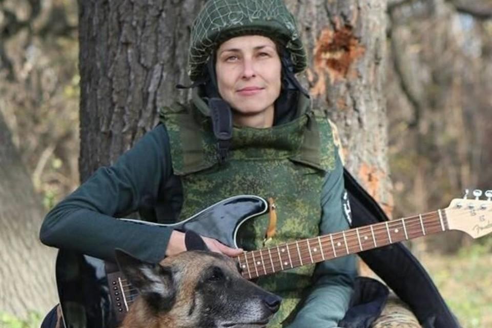 В самом аэропорту Юля не раз выступала перед бойцами. Фото: архив Юлии Чичериной