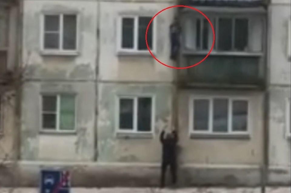 Кадр с видео: мальчик спускался с третьего этажа. Фото: Подслушано Озерск/vk.com