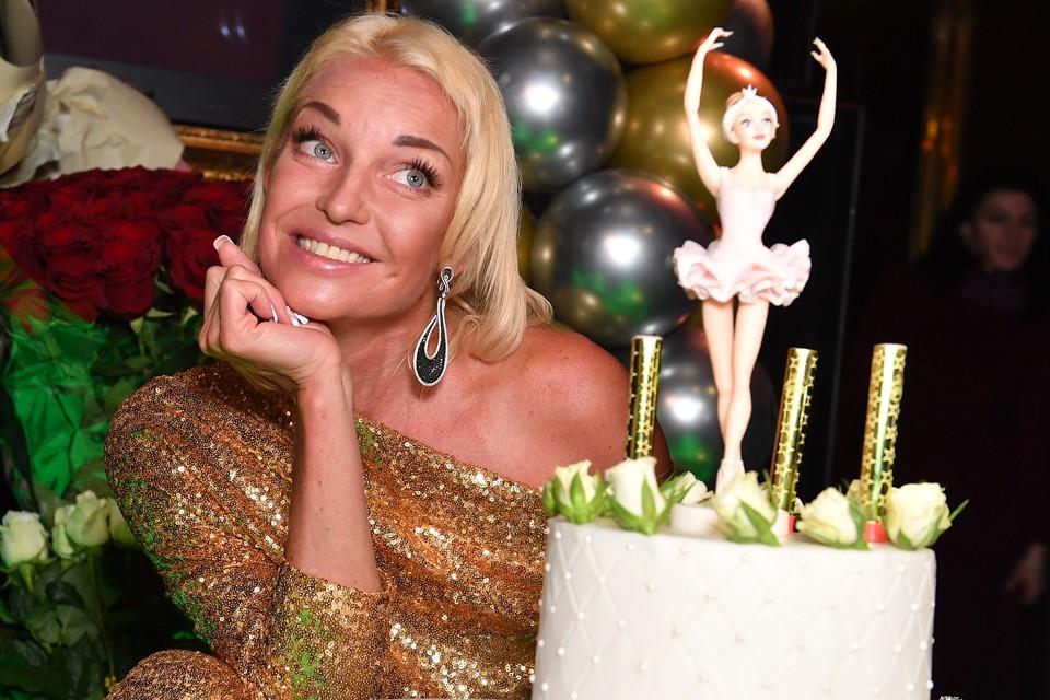 Несмотря на то, что возлюбленный Анастасии не появился на празднике, а по словам артистки, ждал ее возвращения дома, Волочкова объявила о грядущей свадьбе