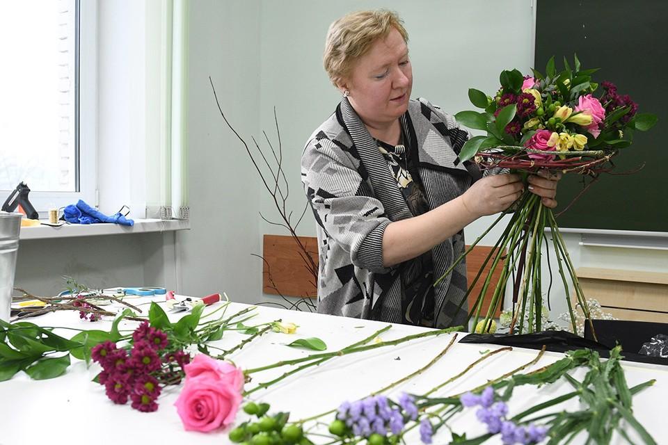 Обучение людей предпенсионного возраста искусству флористики в колледже архитектуры и дизайна.
