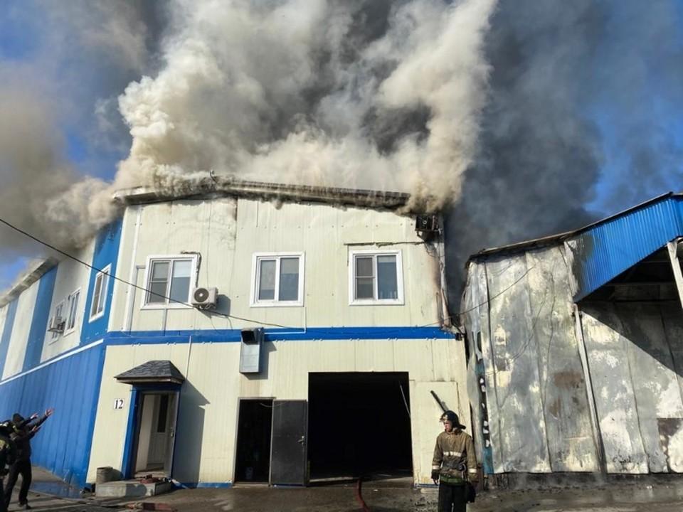 Во Владивостоке горит продуктовая база. Фото: ГУ МЧС по Приморскому краю