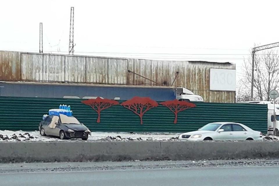 «Наследие Тефтелева»: в Челябинске новые заборы уже выглядят как старые
