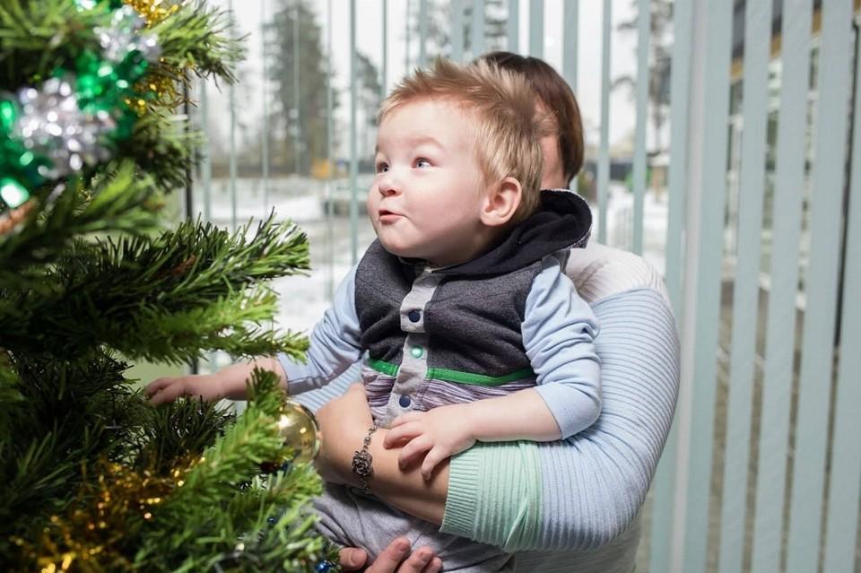 Влад не ходит и сидит с поддержкой. Но сейчас у малыша есть прогресс в развитии - он поднимает ручки от плеча.