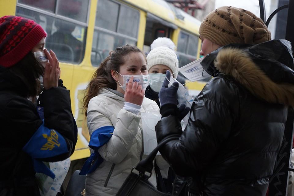 Чтобы не подхватить вирус, медики советуют носить в общественных местах маски.