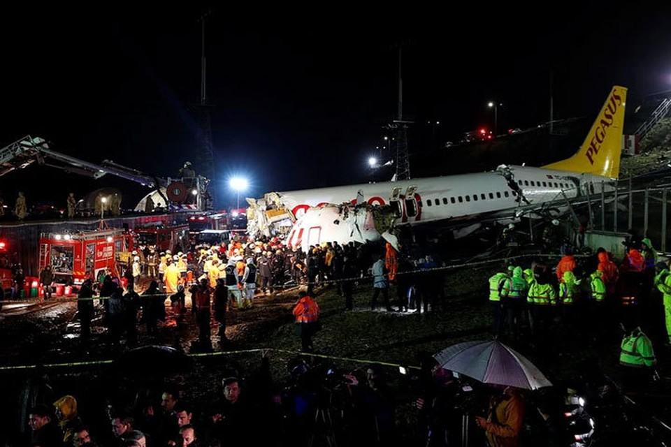 При посадке лайнер выкатился за пределы взлетно-посадочной полосы, загорелся и развалился на части.