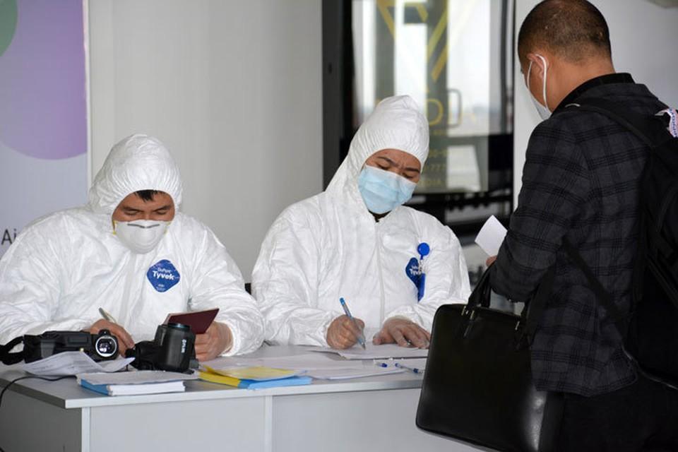 Все прибывающие проходят обязательный медосмотр. Пассажиров, приезжающих из Китая, отправляют в больницу под наблюдение медиков.