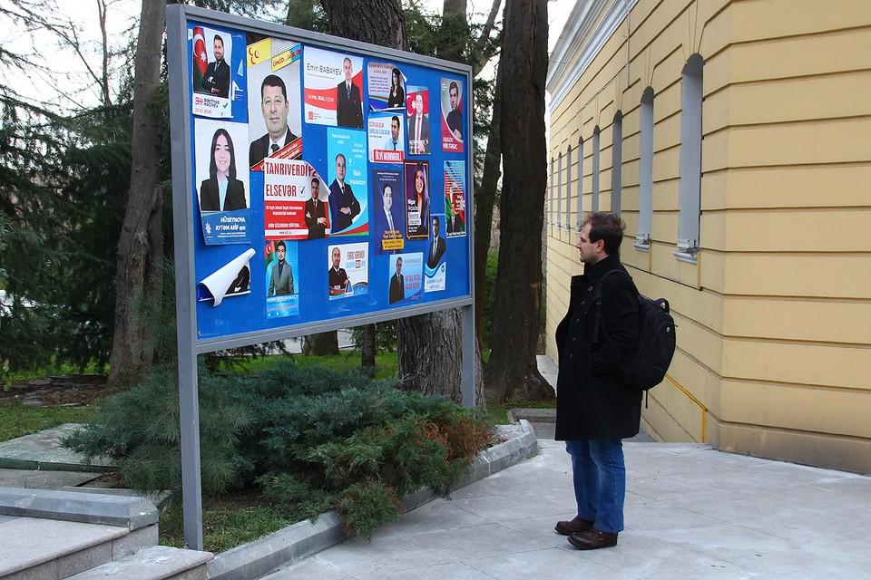 Предвыборная агитация на стенде, Баку.