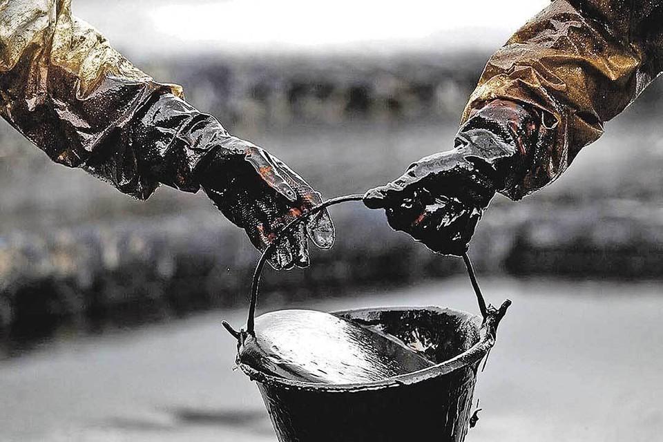 Последние полвека нефть была главной кормилицей нашей страны. Но экономисты утверждают, что легкие доходы от ее продажи за рубеж мешали промышленному развитию государства.