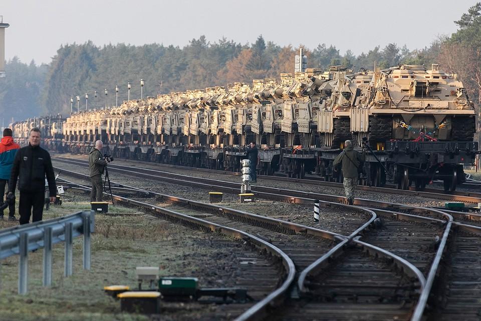 Железнодорожный состав с бронетехникой НАТО в Литве, октябрь 2019 года.