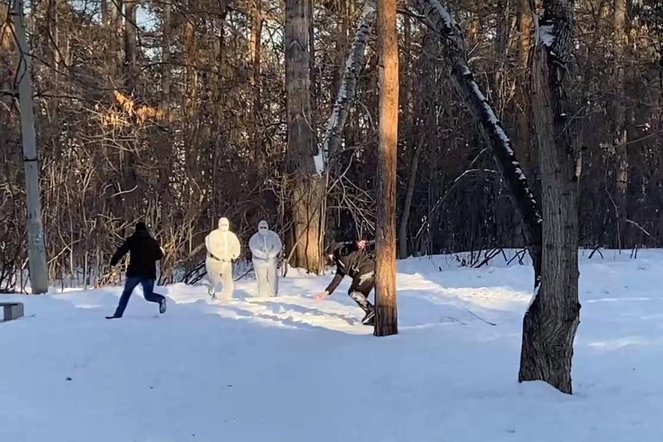 «Медработники» стреляли в «больного», после чего продолжали нести его по парку. Фото: Кадр из видео