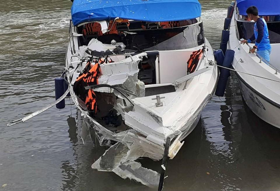 После столкновения оба катера остались на плаву - их отбуксировали к пирсам Фото: Eakkapop Thongtub, The Phuket News
