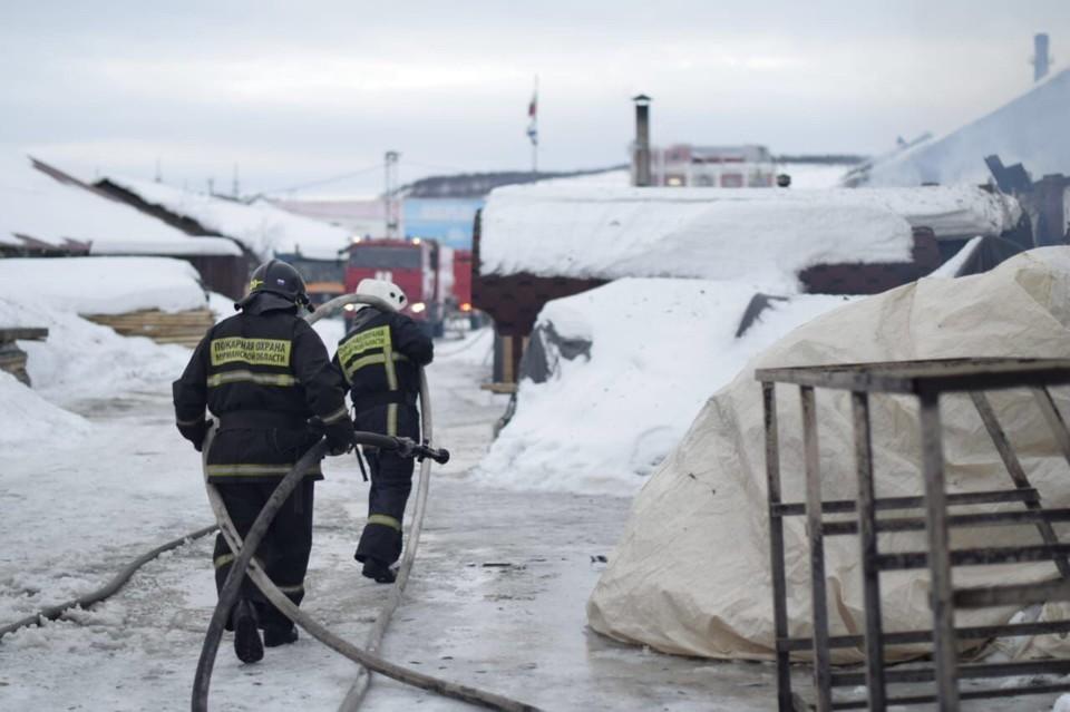 В коле идет проливка конструкций сгоревшего склада. Фото: МЧС по Мурманской области