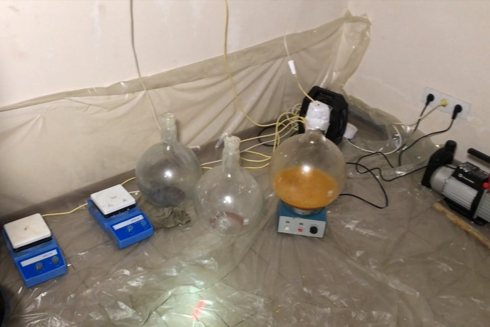Мужчины изготавливали наркотики в съемном доме. Фото: Пресс-служба ФСБ по Крыму и Севастополю