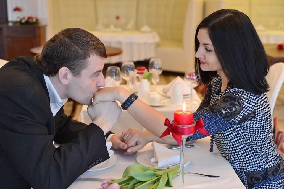 Каждая женщина ждет предложения руки и сердца и свадьбы.