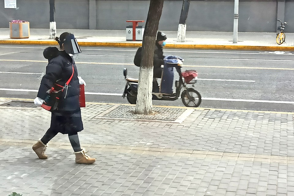По пекинским улицам ходят чуть ли не в скафандрах.