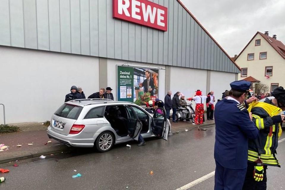 Серебристый минивэн Mercedes въехал в толпу людей на карнавале Розенмонтаг