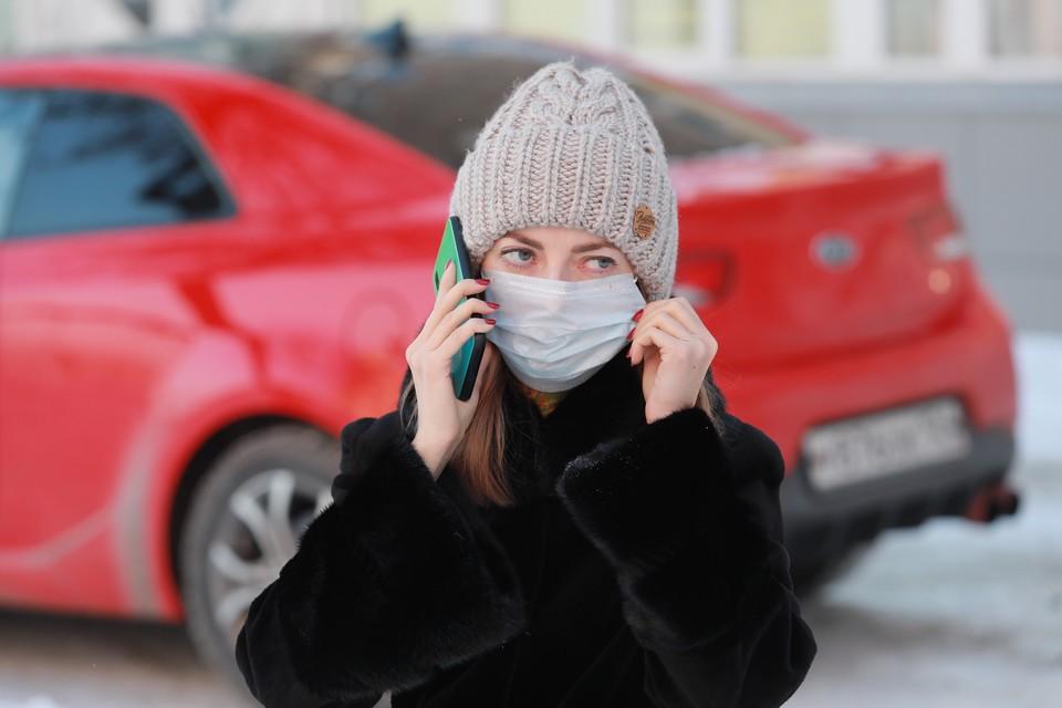 Люди защищаются от инфекции с помощью масок