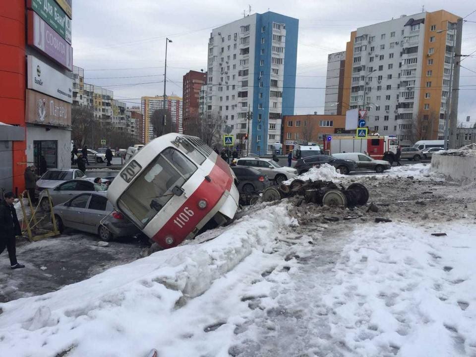 Водитель вышел посмотреть на неисправность трамвая, а тот поехал дальше
