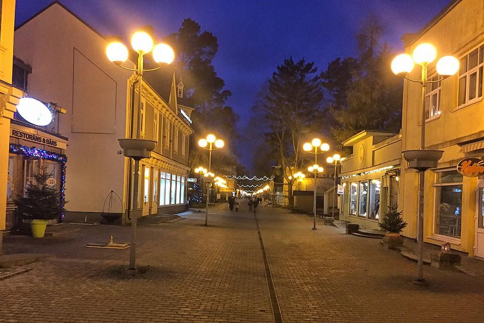 Вечером на улицах и без того тихой зимней Юрмалы становится совсем безлюдно.