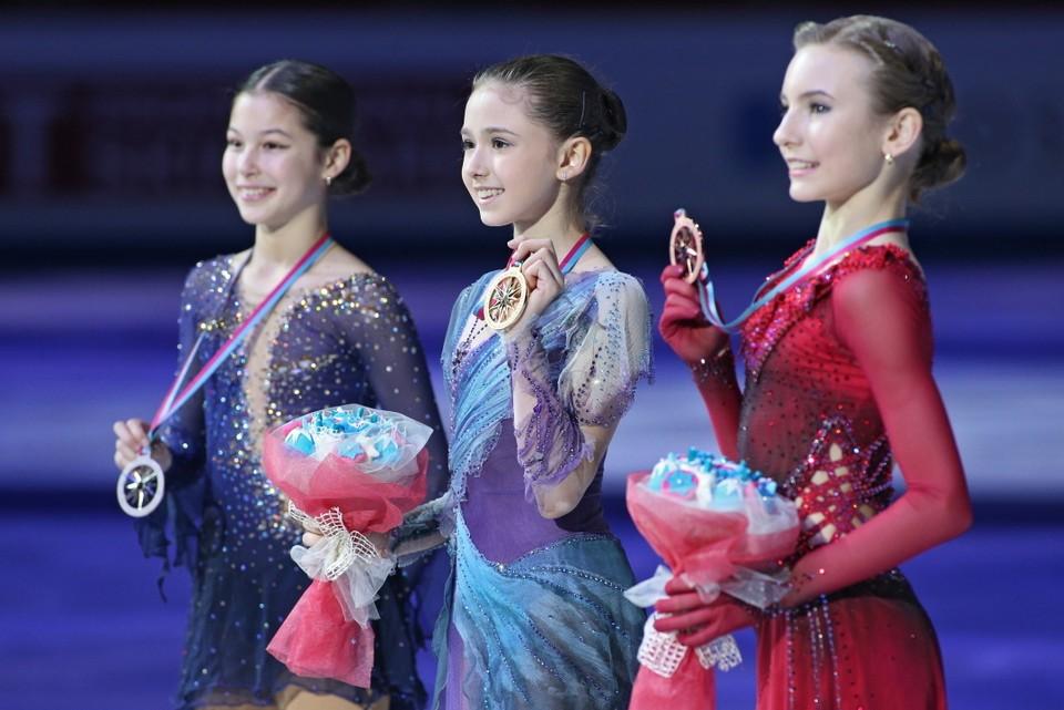 Алиса Лью и Камила Валиева (крайние слева) - непримиримые соперницы