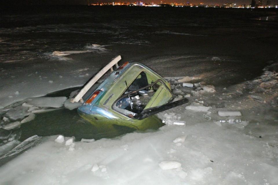 Очередные автолюбители-экстремалы провалились под лед у Хабаровска ФОТО: Сергеев Михаил