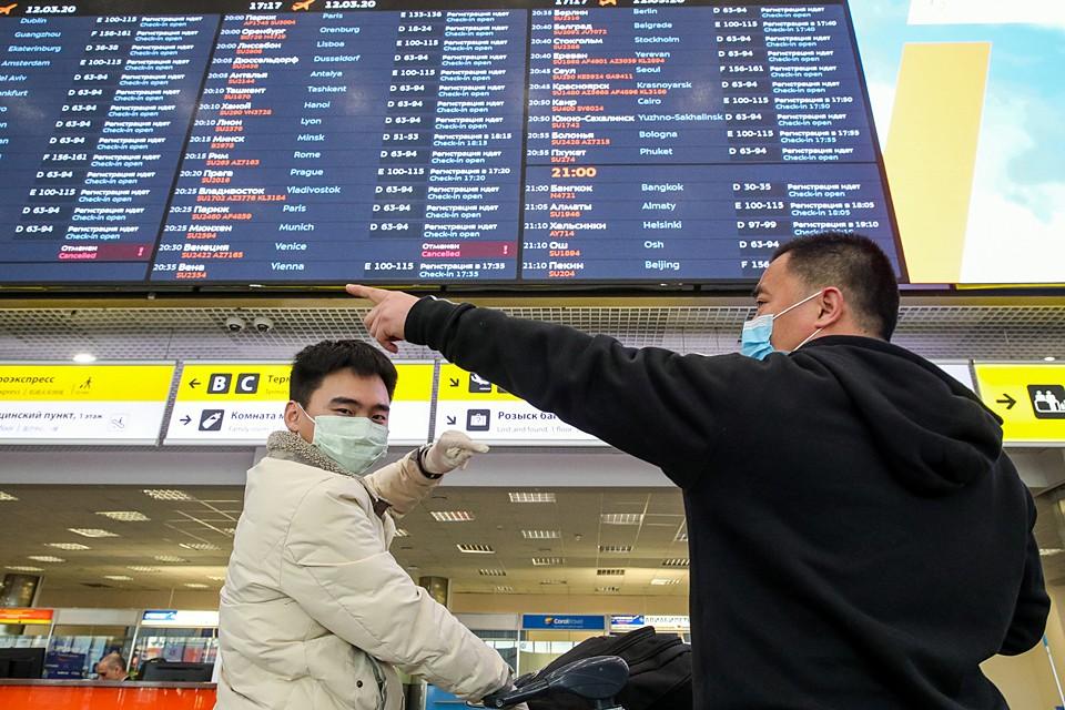 """Пассажиры, находящиеся в """"чистой зоне"""" Международного аэропорта Шереметьево, ожидают открытие границ государств, гражданами которых они являются. Фото: Сергей Бобылев/ТАСС"""