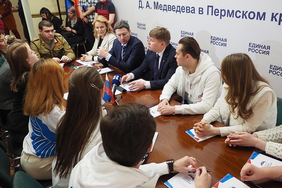 Александр Бойченко и Вячеслав Григорьев с волонтерами в приемной.
