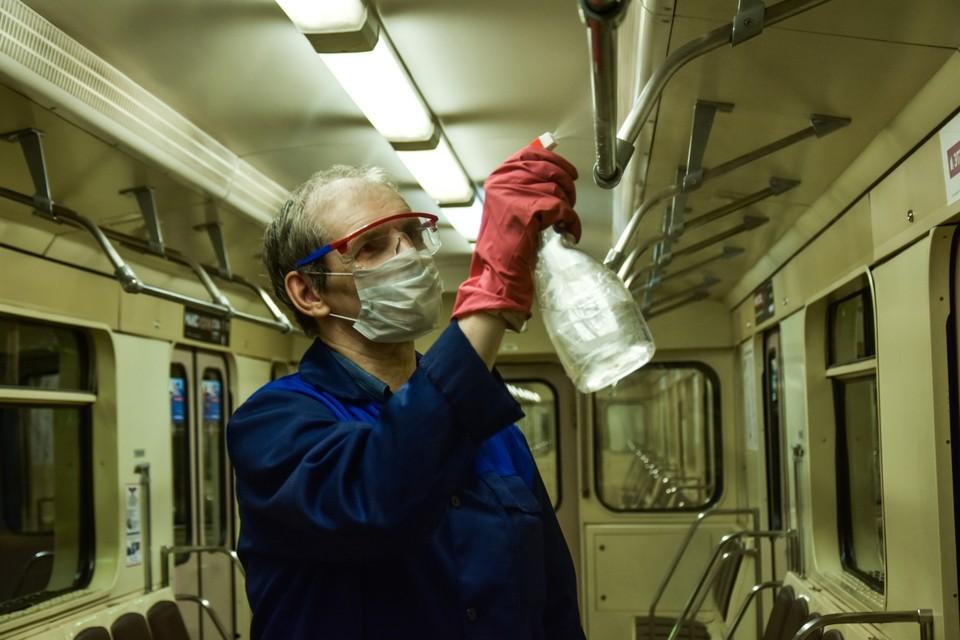На сотрудниках во время работы - защитные очки и маски.