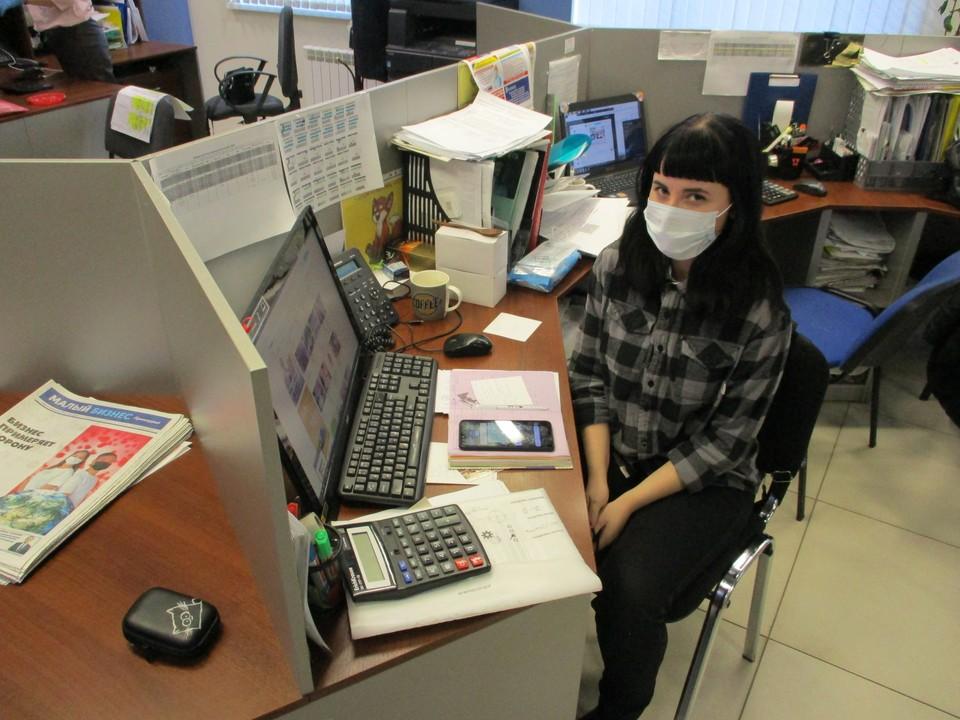 Некоторые амурчане защищаются масками и на работе. Фото: Вадим УВАРЕНКО