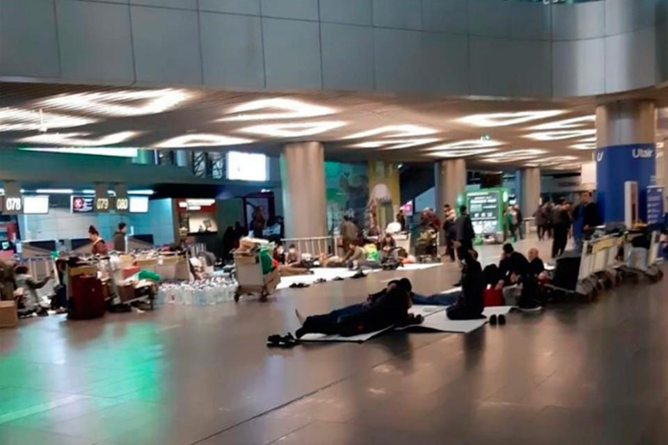 Мигранты из среднеазиатских стран вынуждены жить в столичных аэропортах, ожидая рейса на родину.