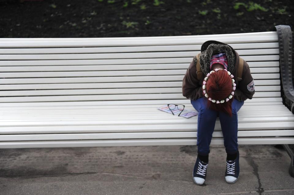 Наталья плакала на скамейке, когда к ней подошел незнакомец, в итоге девушка осталась без денег и без телефона