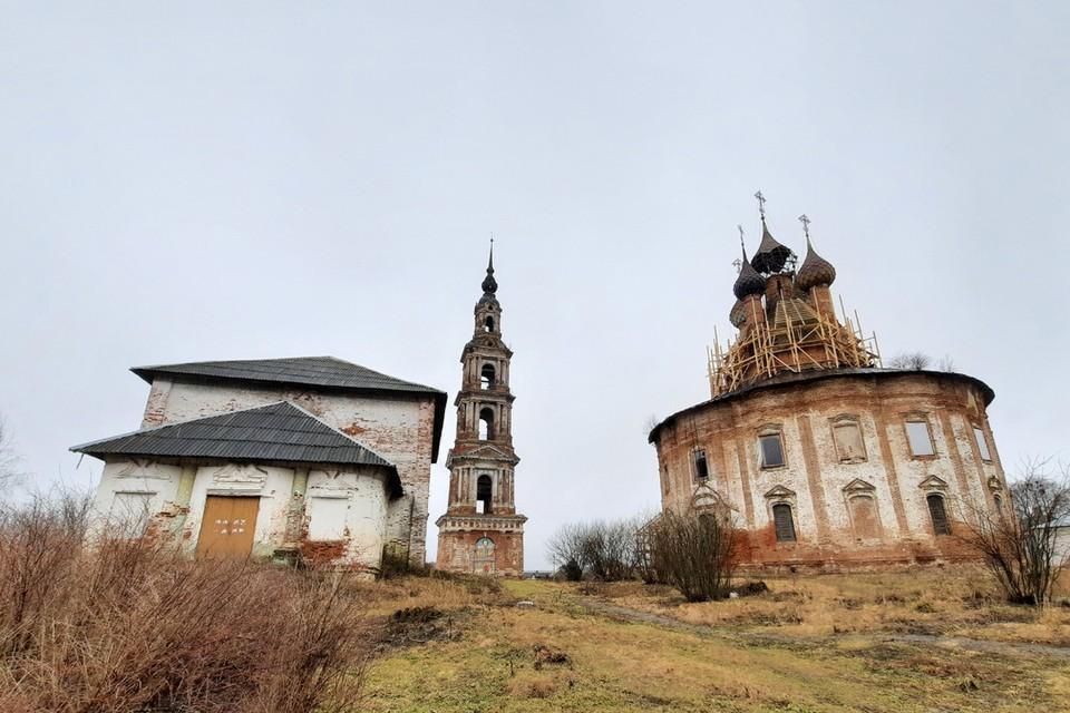 Казанская церковь в небольшом ярославском селе Курба (всего 1500 жителей) - уникальная.