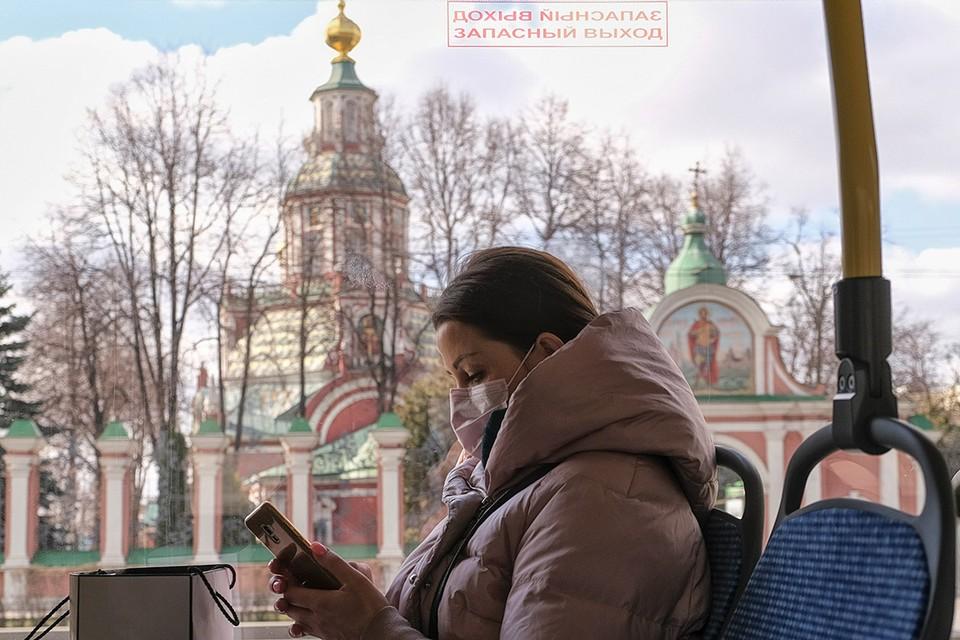 Пассажирка столичного автобуса в медицинской маске.