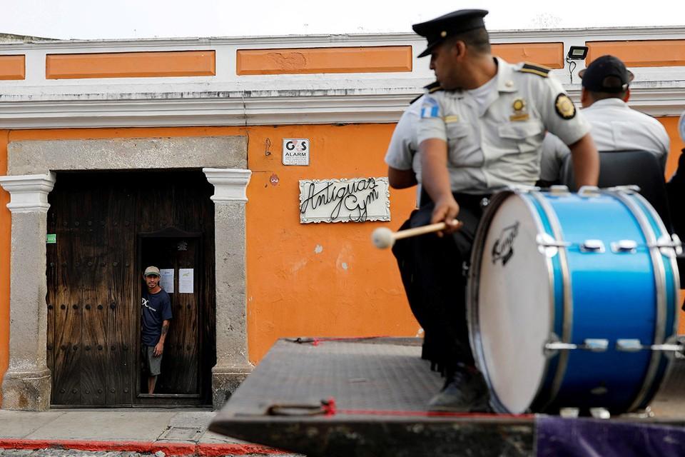 Гватемала. Военный оркестр призывает граждан столицы страны не покидать дома.