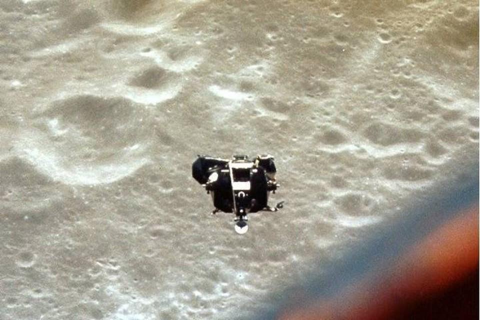 """Вид на Snoopy - лунный модуль корабля """"Аполон-10"""" - из командного модуля Charlie Brown."""
