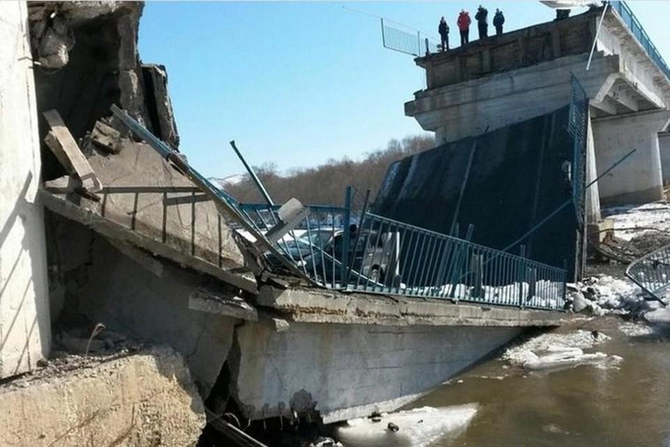 Одним из первых рухнул мост в Новолитовске. Фото: Алексей Полтавченко