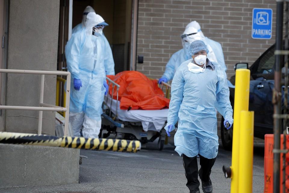 Доктор Крейг Спенсер спасал людей от эпидемии в Африке в 2014 году, а сейчас борется за человеческие жизни в больнице Нью-Йорка