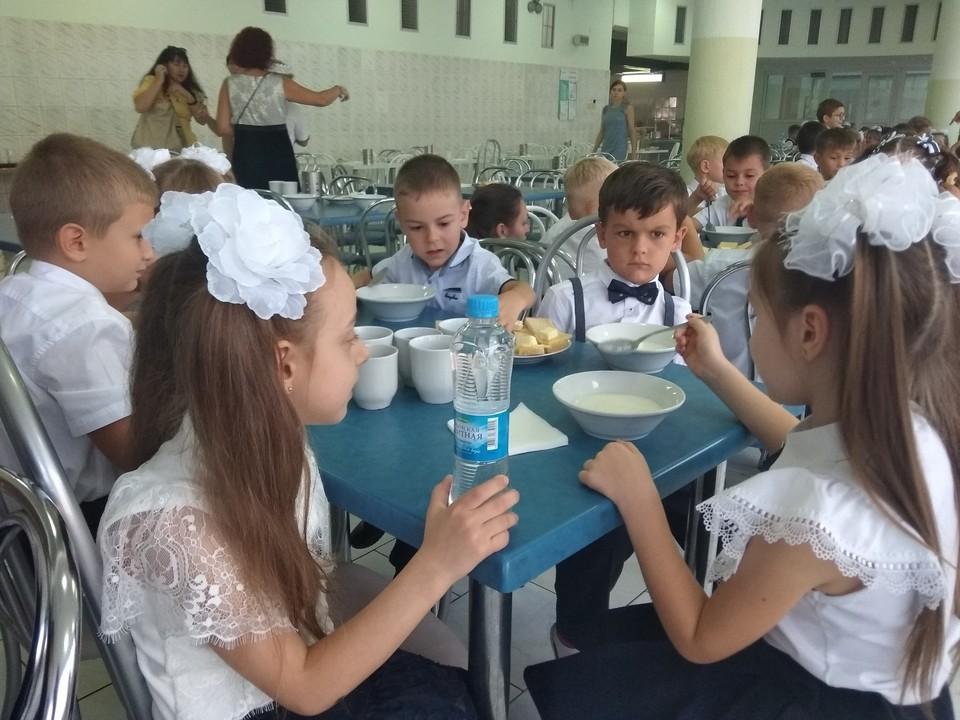 Раньше ученики младших классов получали бесплатные обеды в столовой
