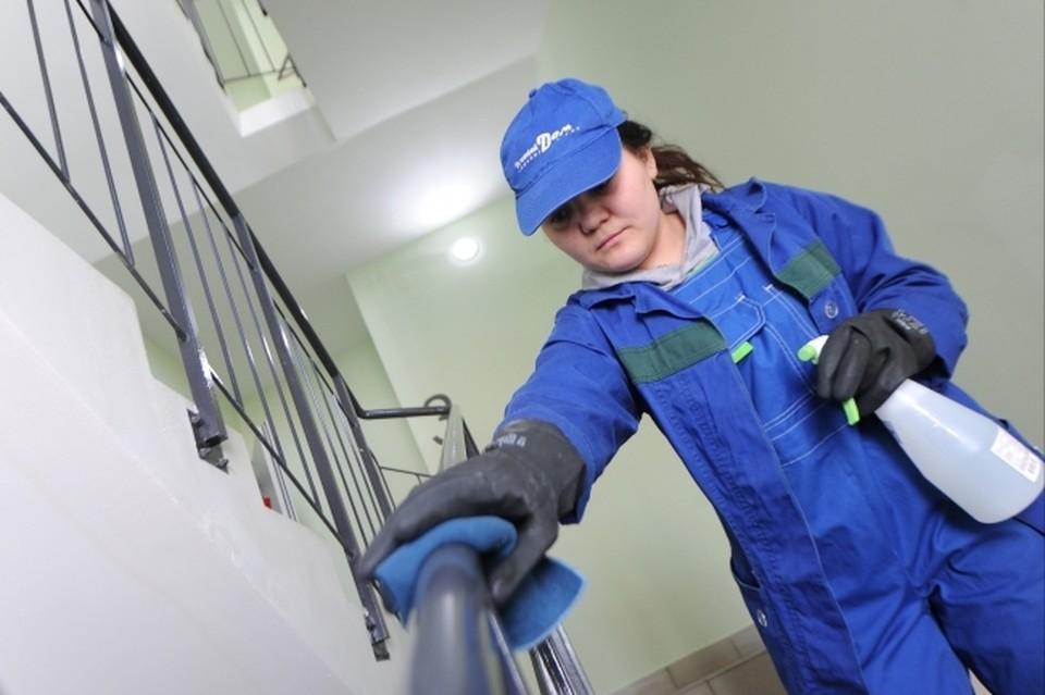 Это фото - архивное. Сейчас уборщицам выдают перчатки и защитные маски.