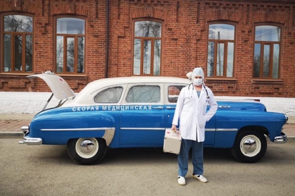 По словам врача, его просто сфотографировали для пресс-релиза. Но на машине он не ездил. Фото: пресс-служба ЦГБ Сысерти