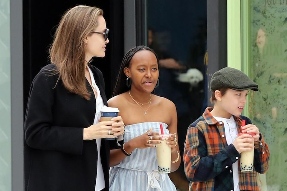 Анджелина и Джоли договорились отдать детей в обычную школу.