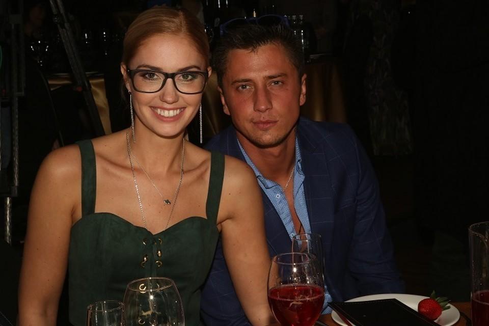 На людях пара вела себя прилично, и выглядела счастливой. Но все испортил Instagram