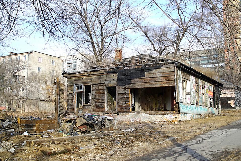 Полуразрушенные не раз горевшие бараки не украшают центр города ФОТО: администрация города Хабаровска