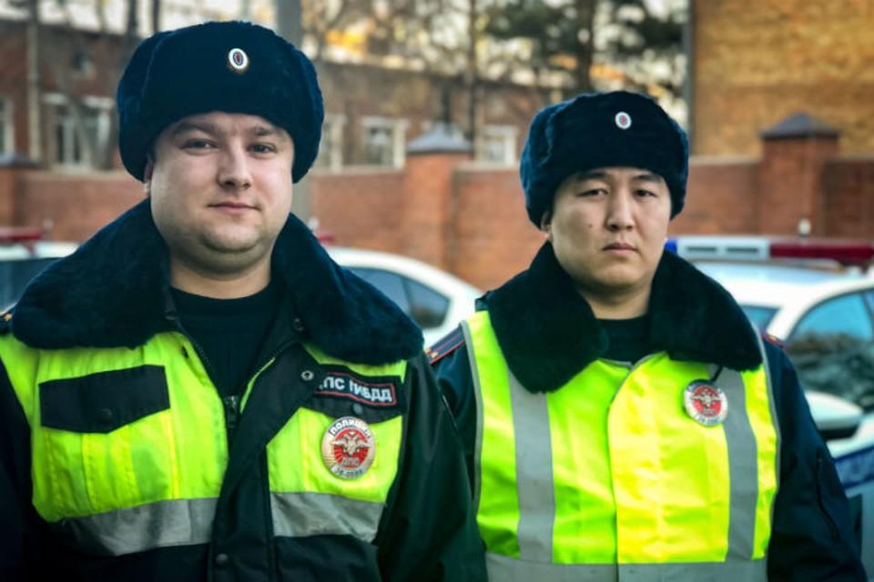 Инспекторы Дмиртий Зиновьев и Иннокентий Матхеев (слева направо) Фото: ГУ МВД России по Иркутской области.