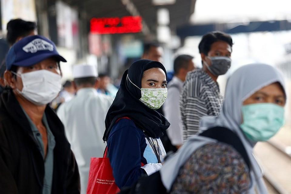 Эксперт напомнил, что множество зараженных коронавирусом людей в мире невосприимчивы к инфекции, то есть переносят ее бессимптомно. При этом они продолжают быть носителями COVID-19 и могут легко заразить вирусом окружающих.