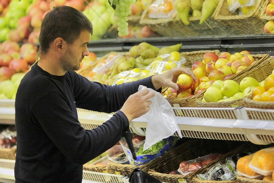 Продажа овощей и фруктов в режиме самообслуживания (когда покупатели сами набирали их в пакеты и взвешивали) теперь запрещена - это предлагал сделать главный санитарный врач региона. Теперь все продукты для продажи должны быть заранее упакованы.