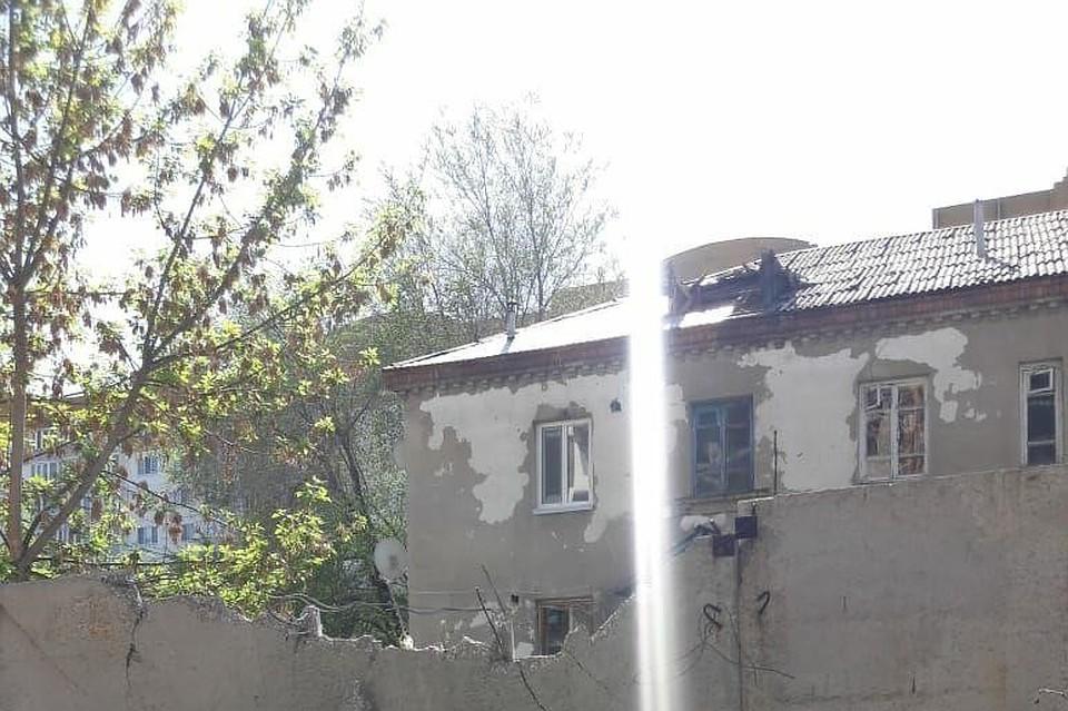 Стрела крана повредила крышу жилого дома