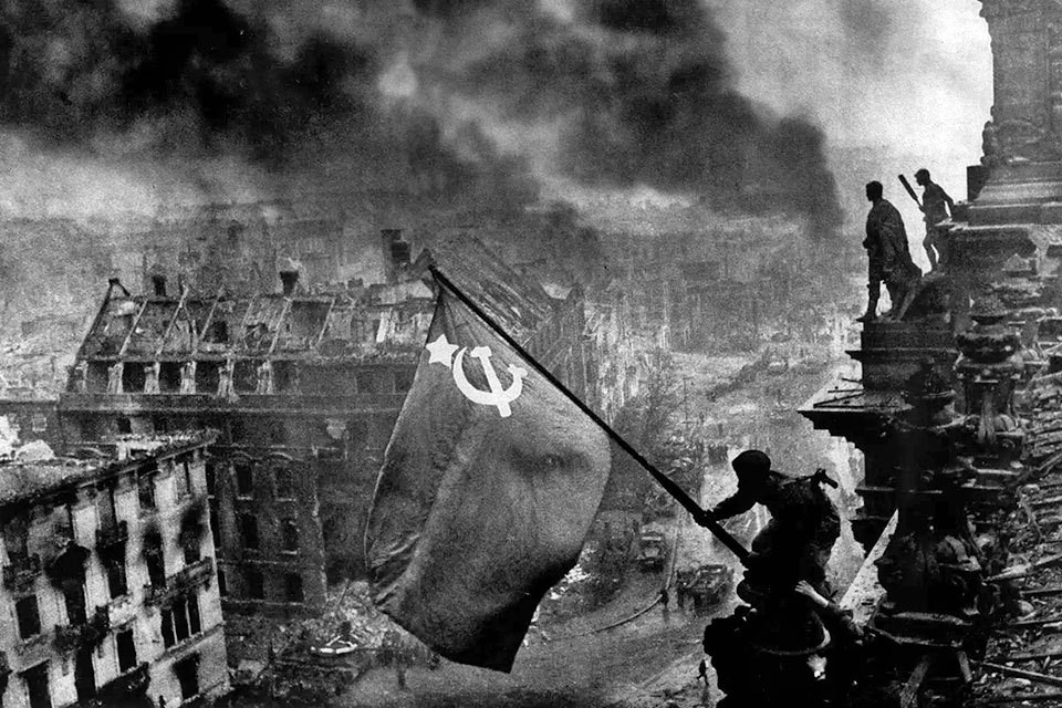 Знамя Победы 1 мая 1945 года на крыше здания рейхстага водрузили солдаты Красной Армии Алексей Берест, Михаил Егоров и Мелитон Кантария.