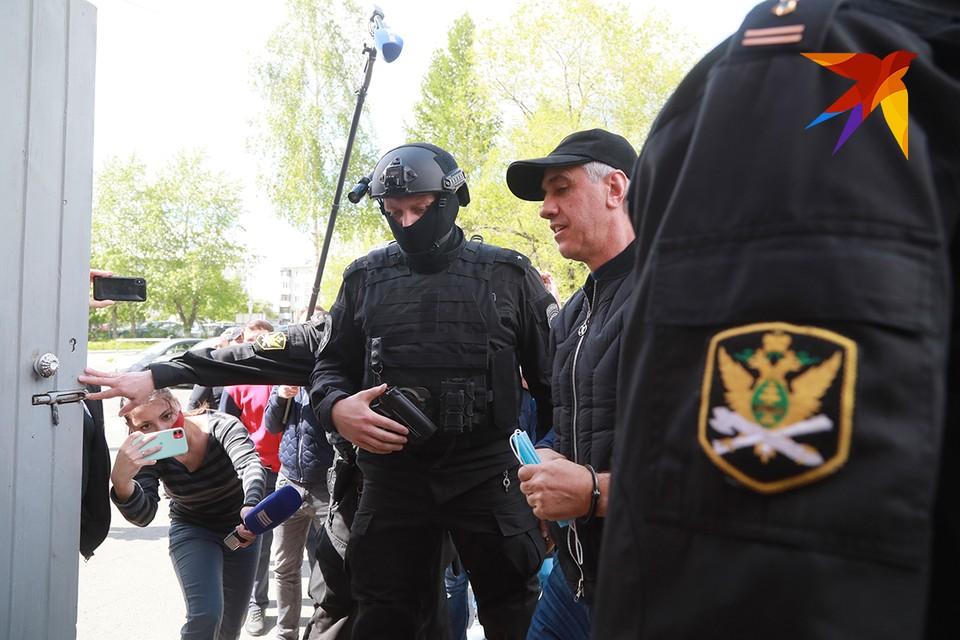 Анатолия Быкова привезли в здание суда