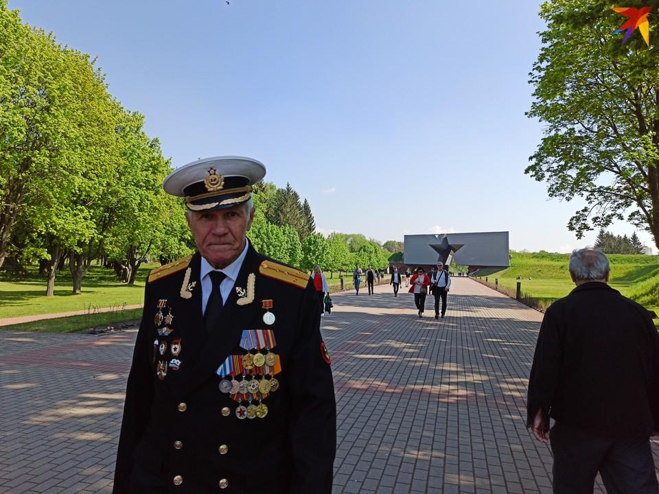 В Брестской крепости 9 Мая отменили официальные митинг и шествие, но люди пришли по своей инициативе.